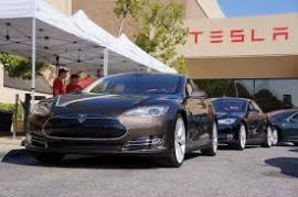 El fabricante de automóviles eléctricos de lujo Tesla sorprende al sector