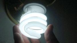 Las eléctricas cortaron la luz por impago a 1,4 millones de hogares el año pasado